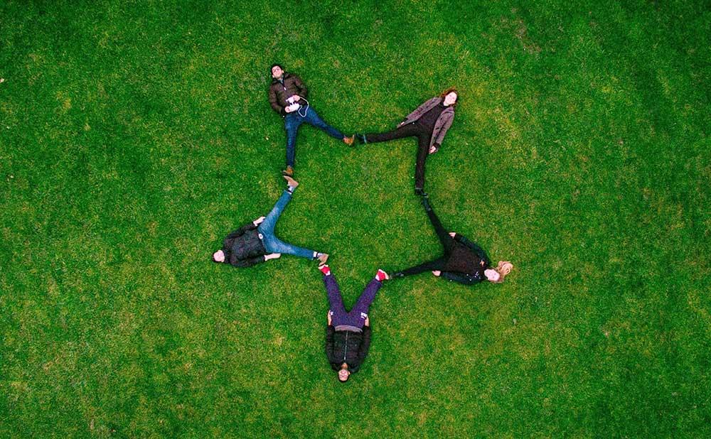 ノンバーバルコミュニケーションの5つの役割と効果